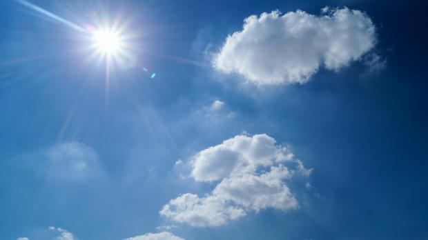 голубое небо, облака, солнце