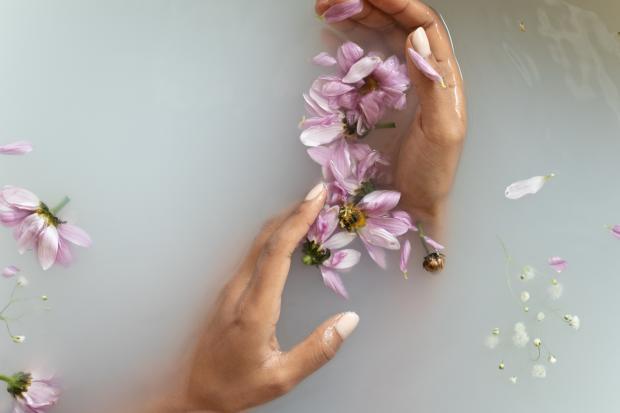 руки в мыльной воже, цветы