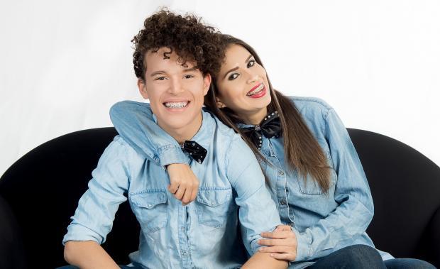парень и девушка в джинсовых рубашках