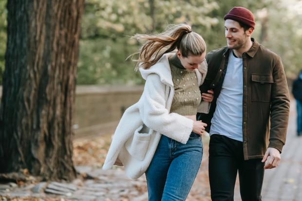 влюбленные обнимаются на осенней аллее