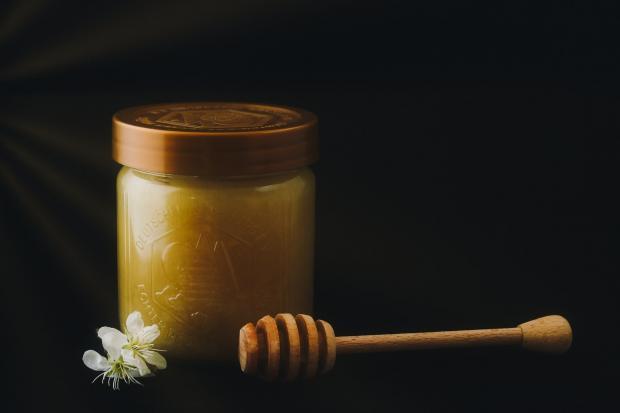 мед в банке, ложка