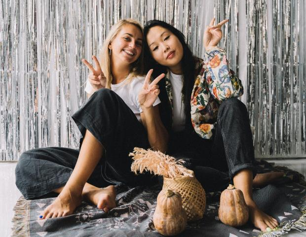 две девушки возле блестящей ширмы