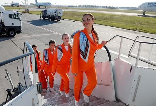стюардессы поднимаются на борт самолета