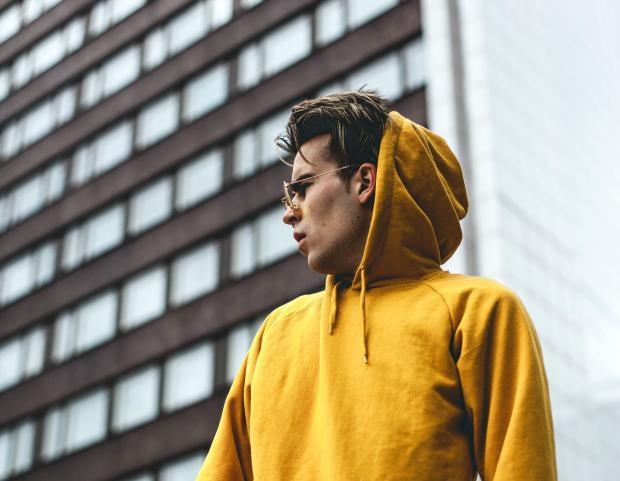 молодой мужчина в желтом худи