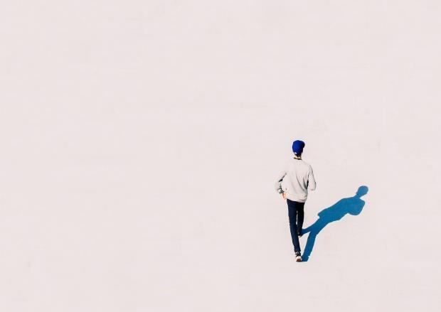 мужчина на белой поверхности