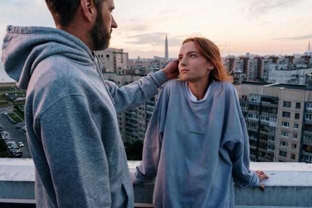 мужчина нежно гладит девушку по лицу