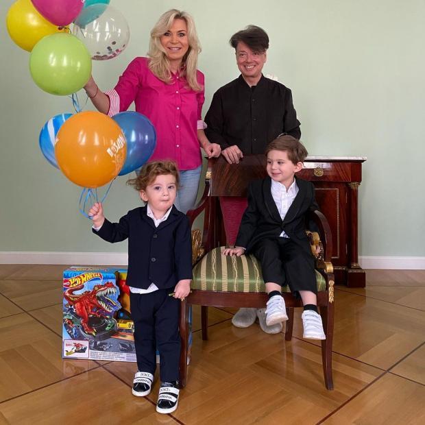Валентин Юдашкин с женой и внуками
